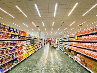 大型スーパーの陳列棚の写真